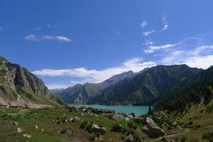 paisagem do lago do grande dragão na montanha tianshan, xinjiang, china