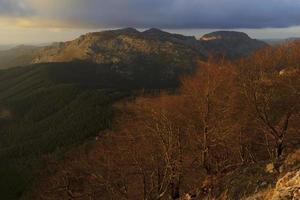 pôr do sol quente nas montanhas