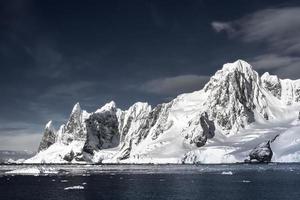 montanhas cobertas de neve na Antártica