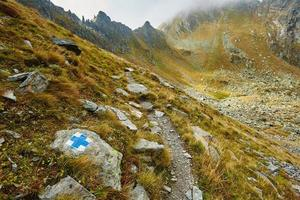 trilha de caminhada nas montanhas foto