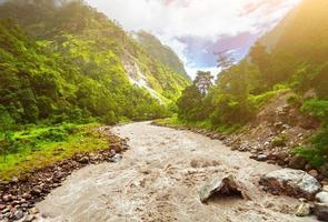rio e montanhas no nepal