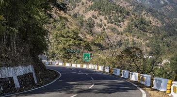 curva fechada na estrada da montanha