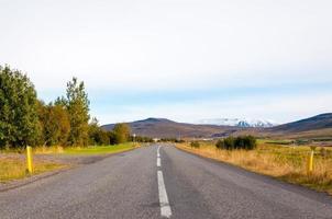 bela estrada de montanha na Islândia