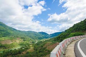 estrada da montanha em dia ensolarado