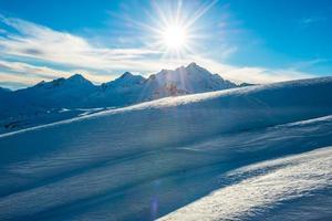 montanhas azuis nevadas nas nuvens