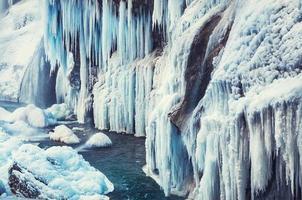 cachoeira congelada nas montanhas foto