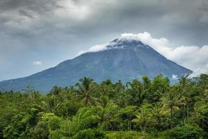vulcão da montanha merapi, java, indonésia