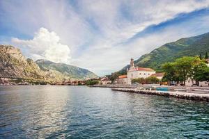 bela vista da montanha e do mar foto