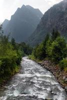 córrego da montanha nos Alpes