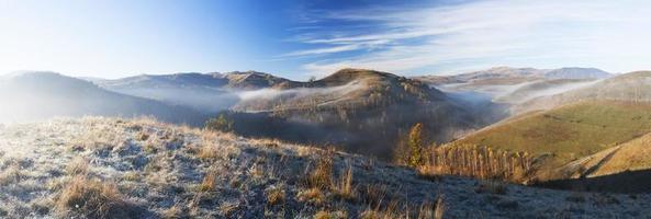 manhã nevoenta nas montanhas foto