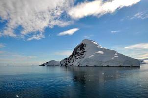 montanha coberta de neve na Antártica