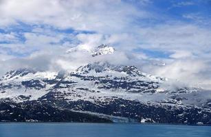 montanha de neve na baía glaciar