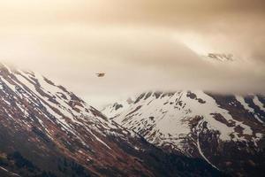 pequeno avião em grandes montanhas foto