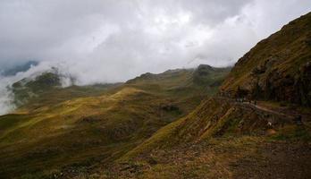 nuvens baixas no passo dello stelvio - itália