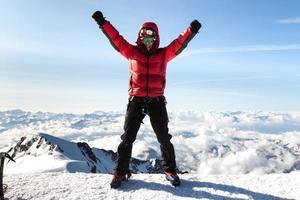 alpinista no topo do mont blanc foto