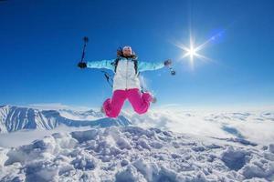 alpinista nas montanhas do cáucaso de inverno foto