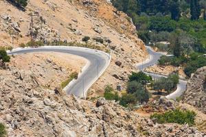 estrada de montanha sinuosa, rhodes, grécia