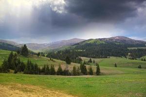 céu tempestuoso sobre colina de primavera