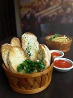 pão e batatas fritas foto