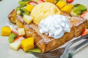 torrada de mel com frutas foto