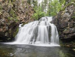 cachoeira selvagem myantyukoski, cascata de pedras de três degraus no parque nacional foto