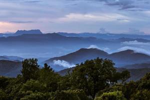 montanha com névoa foto