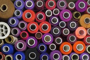 carretéis de linha coloridos foto