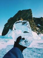 pessoa segurando uma bola de gelo