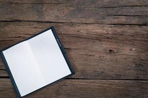 caderno aberto em uma mesa