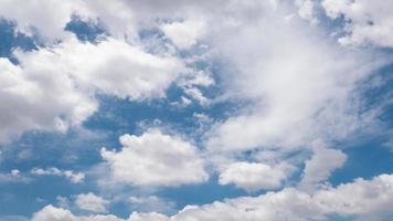 nuvens brancas e céu azul foto