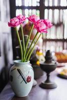 flores falsas em um vaso foto