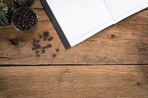 caderno aberto e café