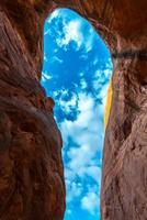 Cave Point Escalante olhando para o céu foto