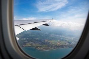 terra, oceano da janela do avião