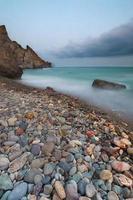 praia, mar e montanhas em longa exposição foto