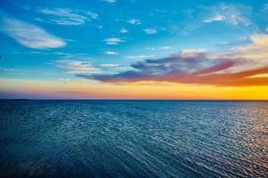 pôr do sol sobre o oceano