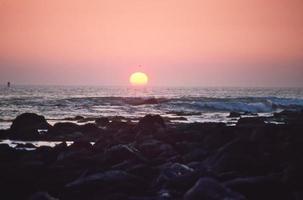 oceano pacífico ao pôr do sol foto