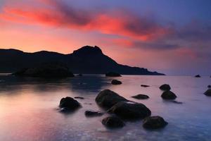amanhecer na baía do oceano foto