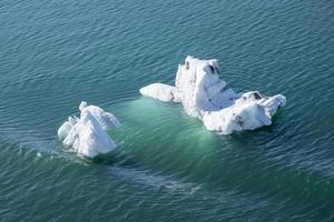 icebergs flutuando no oceano foto