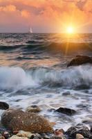 pôr do sol na praia do oceano foto