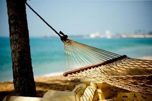 relaxamento na rede na praia e no oceano foto