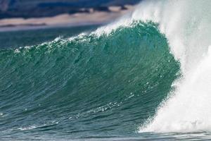 ondulação da parede das ondas do oceano foto