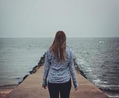 de frente para o oceano foto