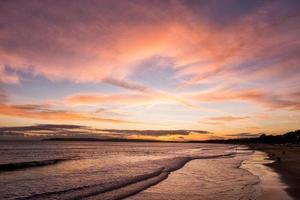 pôr do sol sobre o oceano foto