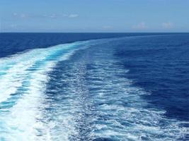 traços de ondas no oceano azul foto