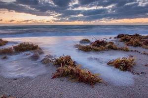 nascer do sol sobre o Oceano Atlântico, na Flórida.