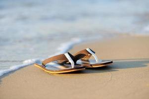 chinelos em uma praia arenosa