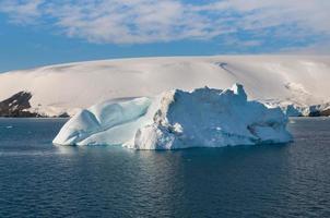 iceberg no oceano ao sul da península antártica foto