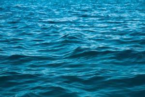 textura da superfície da água do oceano. ondas do mar profundo foto