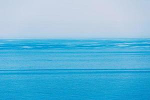 mar oceano e fundo de céu azul claro foto